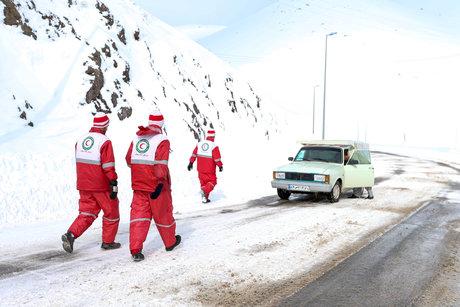 اگر در کولاک یا برف داخل خودرو محبوس شدهاید، این توصیهها را جدی بگیرید!